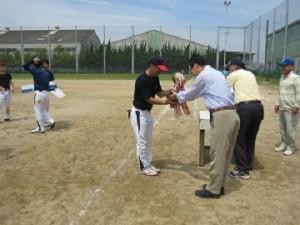 ホクシン㈱ 優勝トロフィー授与  トロフィーは代々引き継がれている年代ものです 第1回は昭和57年開催です。